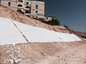 יריעת בד (4*300מ') לאורך השטח המיועד לריסוס. צלם: משה גבריאל